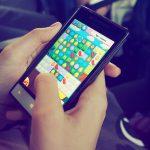 Mobile Games: Handy mit Candy Crush Spiel